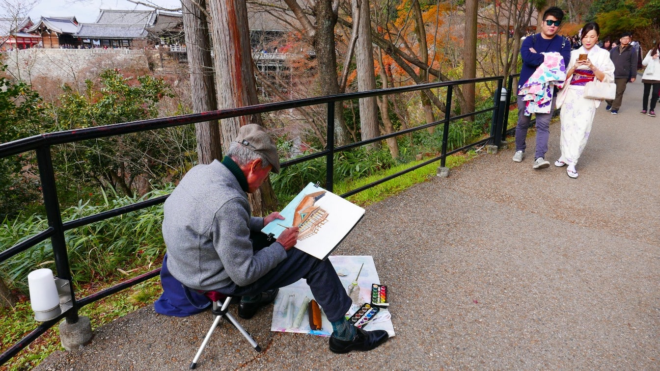 An artist fully immersed in his work @ Kiyomizudera