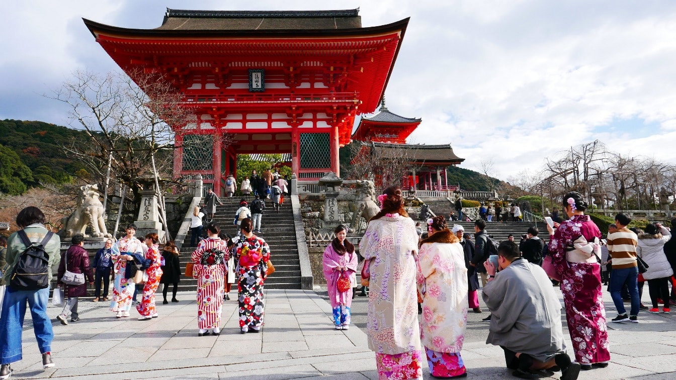 The majestic 14m high Nio-mon Gate is usually the first picture stop for tourists