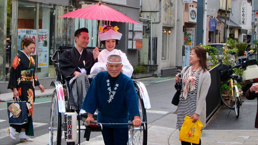Tsurugaoka Hachimangu Shrine, Kamakura's most important shrine, is a popular wedding locale among couples.