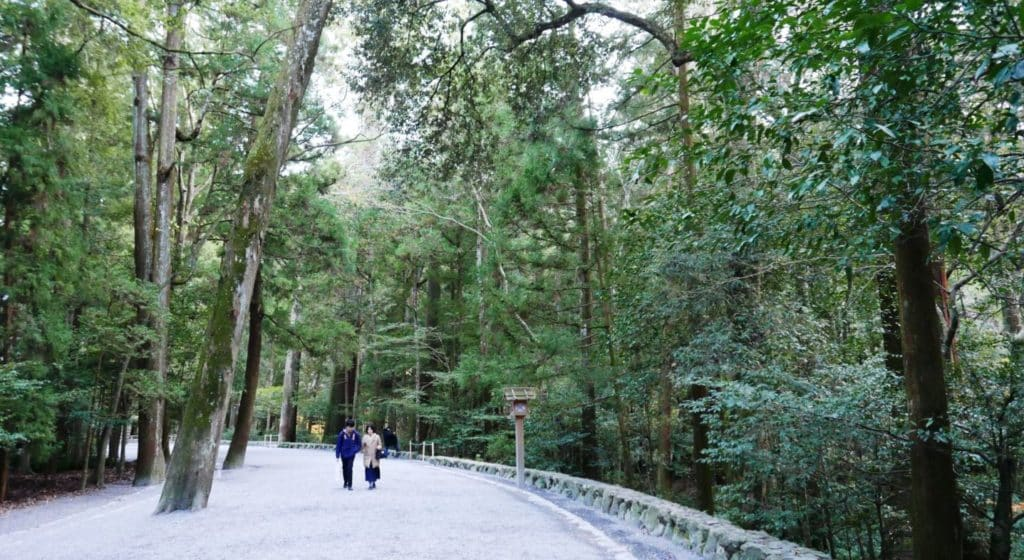 Along the banks of Isuzu River (Ise-jingu-naiku)